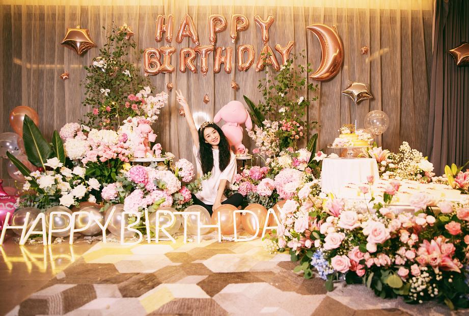 赵丽颖33岁生日,头戴皇冠双手合十甜美许愿,鲜花簇拥心情好